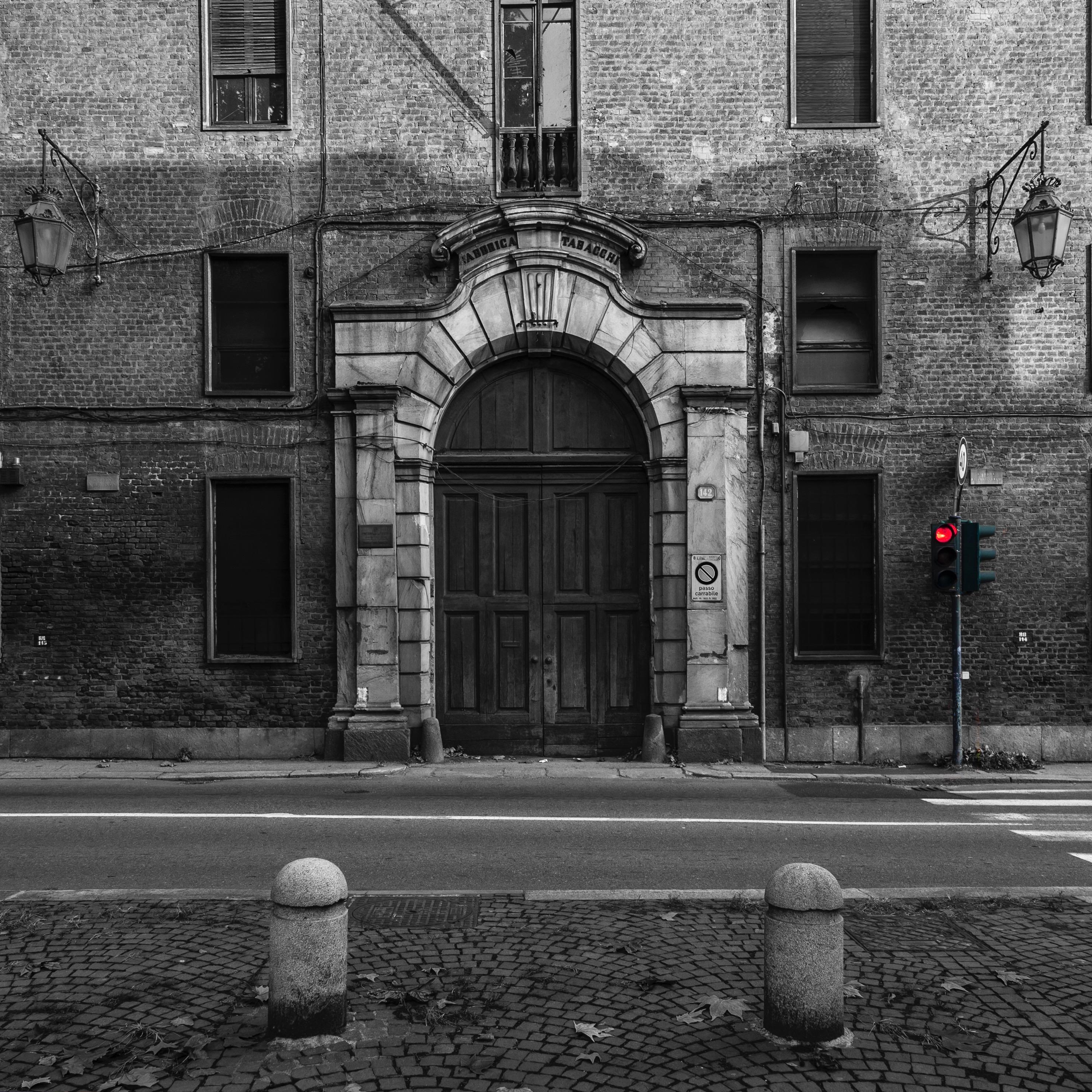La Manifattura Tabacchi di Torino ora in diisuso: il portone d'ingresso con il semaforo rosso di fornte