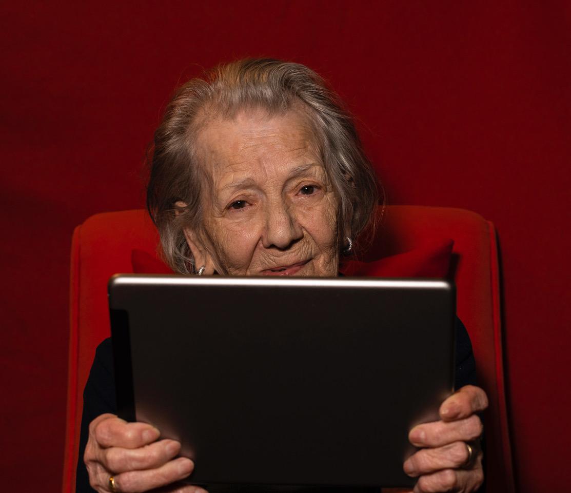 Nonna Pina, 92 anni, appassionata nonnna hi-tech davanti al suo tablet