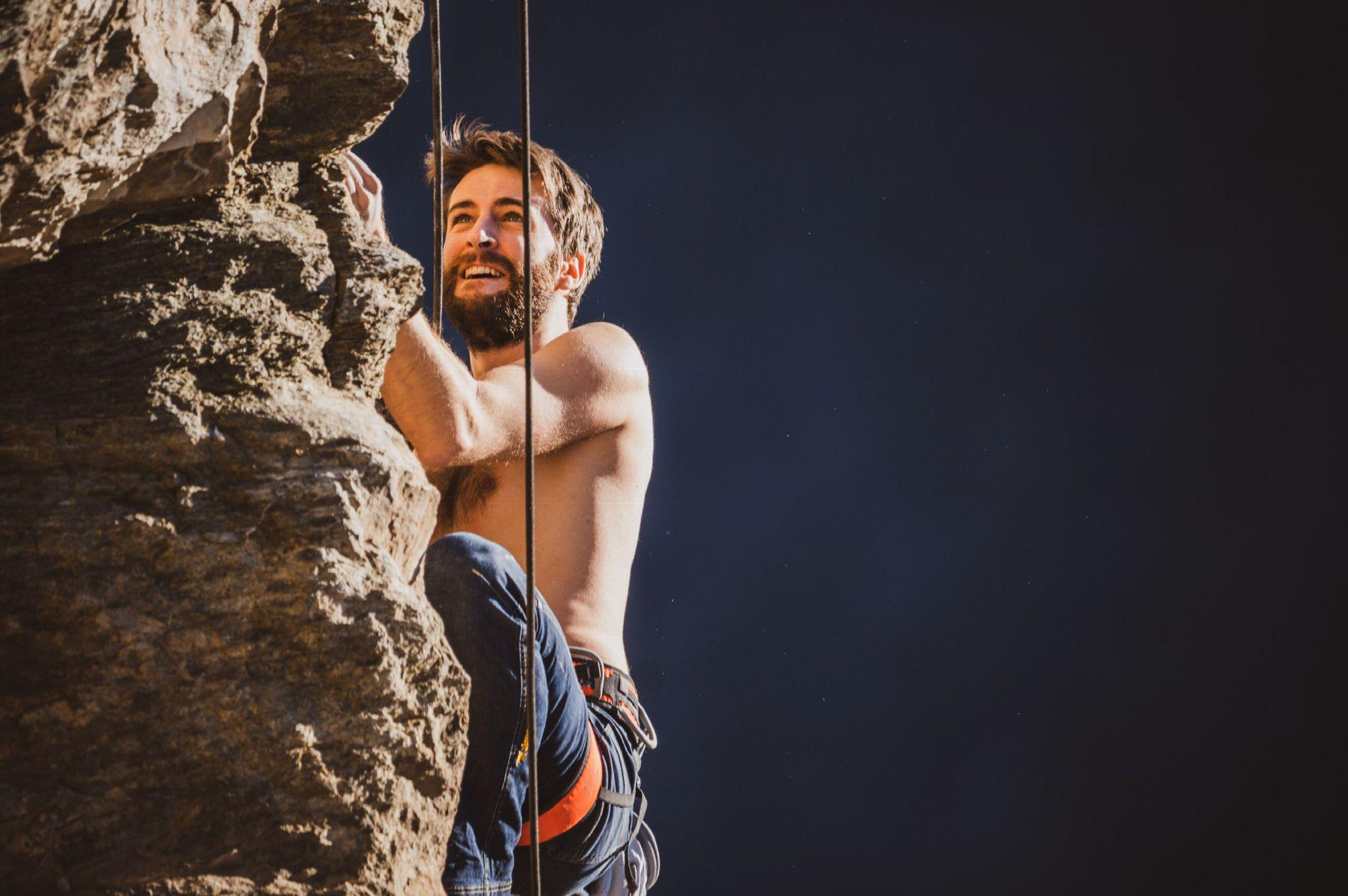 Alessandro Macagno mentre arrampica: la montagna, come l'informatica, è la sua passione